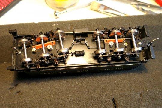 Die äußeren Achsen der Tenderdrehgestelle haben zusätzliche Stromabnehmer für die isolierten Räder bekommen. Warum? Die Beschreibung sagt dazu einiges mehr aus.