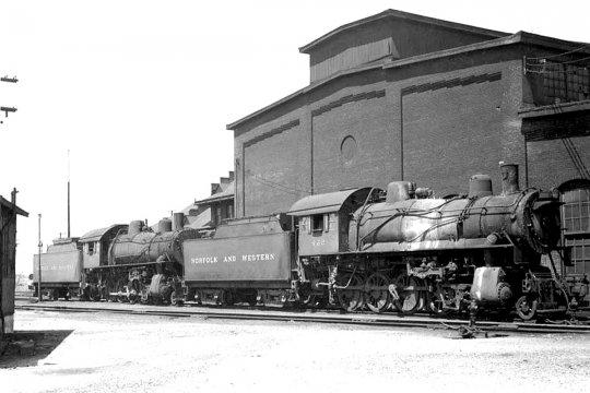 Zwei dieser Lokomotiven der Norfolk & Western, hier in Front sogar ''meine'' 422 - nach der Bildunterschrift des Originalfotos ''waiting for the trip to the scrap yard''. - Freie Nutzung dieses Bildes gemäß Creative Commons, siehe Bildunterschrift in der Beschreibung.