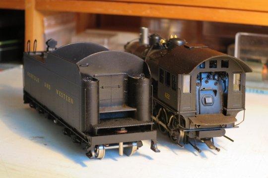 Nun hat die Lok auch noch eine Tenderbrücke erhalten und mit ein bisschen ''Blackener'' für Messing hat sie auch gleich die notwenige Schwärzung bekommen.