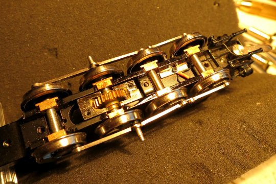 So sieht es eingebaut aus, einschließlich der beiden Kontaktbolzen, die an den Radreifen schleifen, und einer Litze zur Stromübertragung.