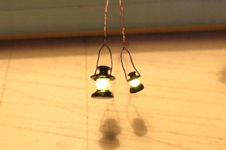 Was nehmen für die Beleuchtung innen? Am Ende sollten es dann doch die kleineren Laternen in richtiger Größe für HO sein!