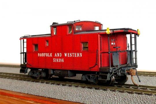 So sieht dieser N&W caboose der class CG nun nach der Fertigstellung aus! Alles dran, alles drin, nur sieht man leider herzlich wenig davon.