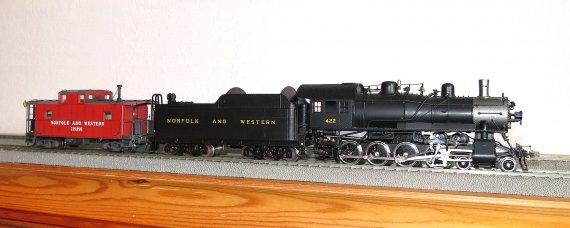 Das ist der CG-class caboose nun noch mit der richtigen Lok. Natürlich wäre er für alle Züge der N&W nach 1927 richtig, aber in diesem Fall meine ich eben meinen 1930er Zug.