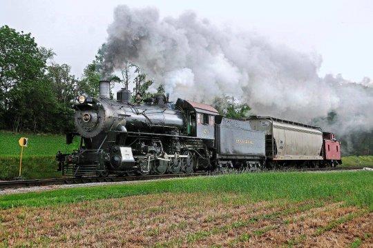 Die 475, nun bei der Strasburg Rail Road beheimatet, hier mit einem kurzem Güterzug im Einsatz. - Freie Nutzung dieses Bildes gemäß Creative Commons, siehe Bildunterschrift in der Beschreibung.