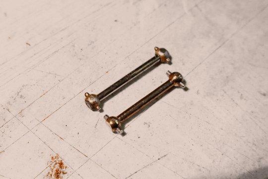 Hinter den Kugeln für den Seil-Durchzug abschneiden, eventuell Löcher aufbohren und Metallstiffte passenden Durchmessers einpressen!