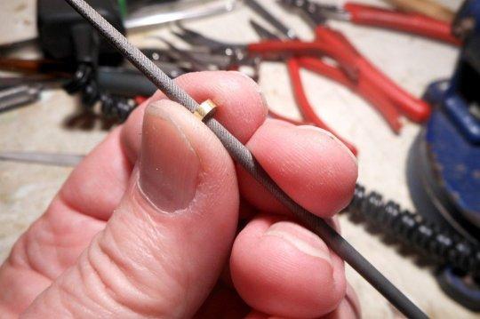 Einen Metallring (von einem in etwa passenden Metallrohr) innen gemäß Durchmesser der Aufnahmebuchse für einen leichten Presssitz leicht konisch zuarbeiten.