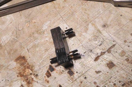 Die reparierte Buchse unten rechts sitzt nun strammer als die beiden unbearbeiteten Originalbuchsen auf der anderen Wellenstümpfen!