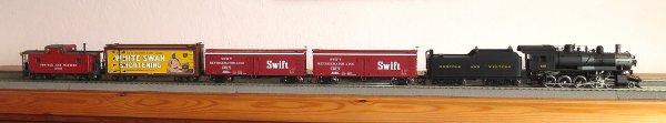 Modelle, die gegenwärtig auf meinem Arbeitstisch liegen oder gerade zur Nutzung übergeben worden sind. Die Norfolk & Western class M bekommt gerade ihren Decoder, die zwei roten Swift-Reefer warten auf ihre Bearbeitung, während der schöne White-Swan-Reefer wie auch der N&W caboose gerade fertig geworden sind.