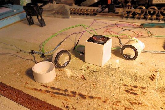 Welcher Lautsprecher lässt sich am besten in der Rauchkammer unterbringen und klingt dabei auch noch gut? Und die Rauchkammer ist nun einmal der beste Platz für einen Lautsprecher!
