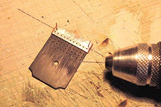 Die Rückwand bekommt ein Rastermuster für die Anordnung der Stehbolzen, mit einer Bohrlehre geht's da am Einfachsten.