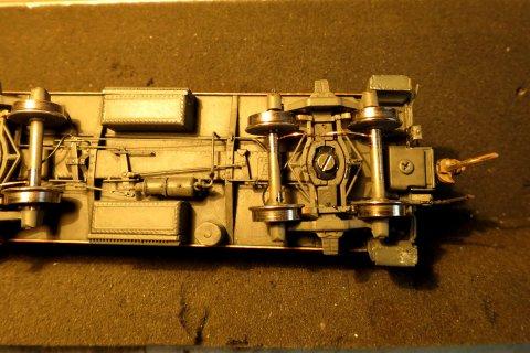 Ein letzter Blick unten drunter, lediglich um die ganz einfach gebauten Stromkontakte an den Achsen zu zeigen - Drähte aus 0,25 mm Federbronze, dazu auch noch für eine ganz leichte Federung flach ''geschmiedet''.