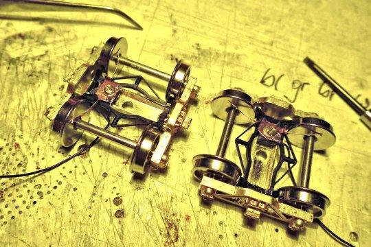 Der zweite Schritt, für den Strom am Modell. Die Radschleifkontakte aus centering springs von Kadee Kupplungen sind schon mal gut isoliert angeschraubt.
