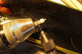 Alle Teile sind zusammengeklebt und damit kann die Lampe mit Sägeblatt und Skalpell komplett als fertiges Stück vom Rohmaterial abgetrennt werden.