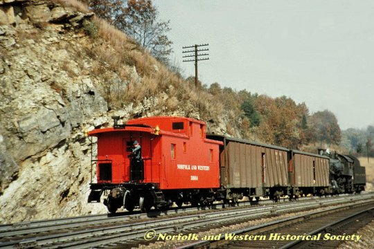 Wenigstens ein Bild eines solchen class CF cabooses der N&W sollte es dann doch sein, hier nun sogar in Farbe und scheinbar auch mit einer Lok der class M, über die ich an anderer Stelle auf der Website schreibe.