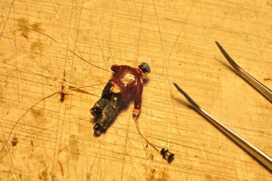 Schon wieder Handlaternen! Diesmal mit einer Operation am offenen Rücken eines Mitarbeiters! Neue (elektrische) Nerven werden eingezogen.