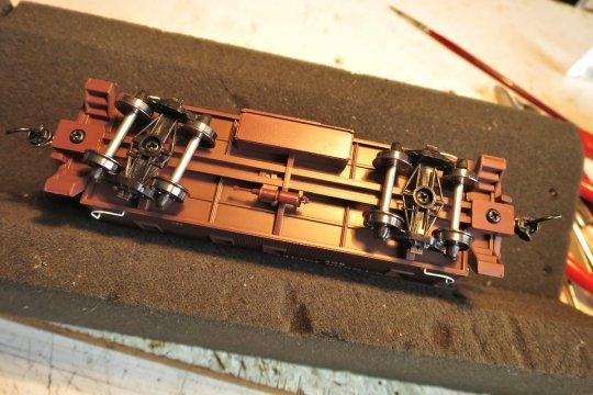 Und da ich an diesem Industriemodell von Walthers nun mal wirklich nichts machen will, bleibts auch unten drunter, so wie es ist.