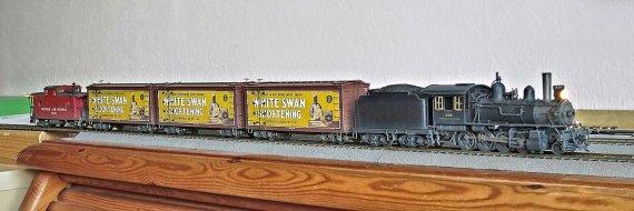 Die G! mit der alten Beschriftung bis etwas 1925 nun auch mit den ebenso abschließend gealterten Weißen Schwänen, den Reefern für die Rinderhälften, wie auch meinem N&W caboose der class CG, der aber zur nächsten Generation Lokomotiven eingesetzt werden müsste.