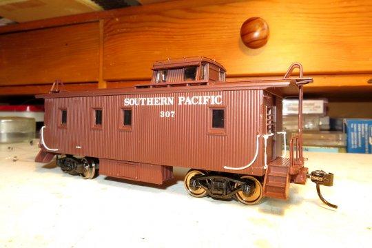 Es ist ziemlich selten, dass ich einmal ohne viel Aufwand ein Modell zum Einsatz bringe, aber hier soll es sein, um zu einer Lok der Southern Pacific den passenden Caboose ''von der Stange'' hinzuzufügen.