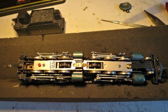 So sieht's von unten aus - und definitiv überarbeitet mit feinen Schneckenrädern Modul 0,3 und vielen Zähnen! Aber die Staubkappen fehlen!