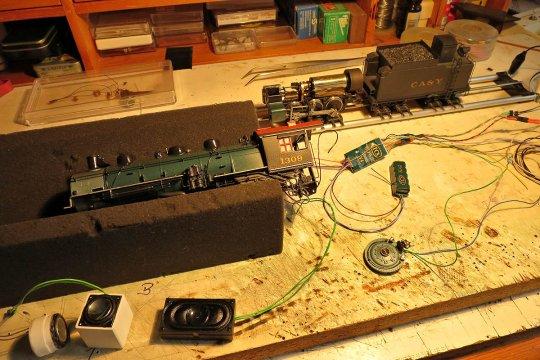 Mein Testaufbau insbesondere für die Auswahl des besten Lautsprechers, der natürlich der große ist, ein Uhlenbrock 31130, und der seinen Platz in der Rauchkammer finden wird. Für mich der einzig richtige Platz!