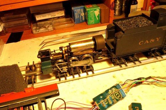 Die Lok auf dem Rollenprüfstand, denn bei einem anderen Modell hatte und habe ich ja erhebliche Probleme bei einem Faulhaber-Motor und der Ansteuerung durch einen TCS-Decoder.