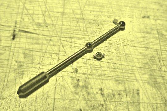 Ein anderer Fall, wo ich ein Kugelgelenk in eine Antriebswelle einfügen wollte. Der Schaft am Seildurchlauf wurde auf den Durchmesser der Zapfen reduziert und anschließend die Bohrung entsprchend aufgebohrt, ...