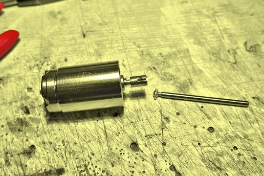 ... um dann den neuen Kugelkopf auf die neue Antriebswelle aufzupressen. Die Aufnahme für den Kugelkopf auf der Motorwelle war glücklicherweise verfügbar.