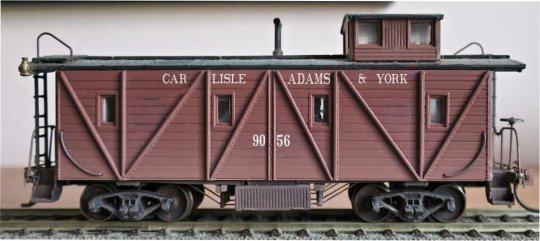 Ein erster Versuch mit einer halbwegs passenden Schrift, um den 08-15 Caboose in einen meiner neuen Bahngesellschaft ''Carlisle, Adams & York'' zu verwendeln. Aber das ist noch die ''elektronische'' Variante.
