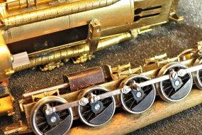 Die ergänzten Teile für die Lastverteilung auf das vordere Triebgestell - eine Gleitbahn unter dem Kessel und ein Druckstempel im Rahmen, hier der Blechwinkel.