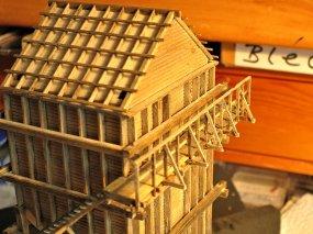 Auf der oberen Plattform ist das erste kleine Teilstück des Geländers angebracht.