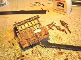 Die Dachdecker sind bei der Arbeit. Nach einigen Versuchen habe ich mich dann doch für Schindeln entschieden, echte Holzschindeln!