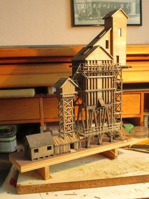 Schluss mit Holzschnipseln für die Dächer! Auch das letzte ''Gebäude'' ist entstanden, ein Werkzeugschuppen unterhalb des Sandturms. Gefällt der Ihnen? So sieht's zumindest der Bauplan vor.