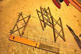 Die Stelzen werden zu kleinen Rahmen verklebt, auf denen später der Wasserbehälter stehen wird.