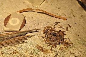 Aber in der Zwischenzeit - Dachdeckerarbeiten! Nein, nicht mit den vorgefertigten Papierrollen. Schindeln so richtig aus Holz! Wie am Kohleturm auch.