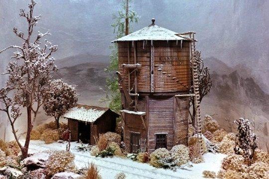 Eine Variante dieses Wasserturms - the Nothern style mit einem voll umbauten Ständerwerk zur Wärmeisolierung für etwas kältere Regionen - Herstellerfoto Campbell Scale Models.
