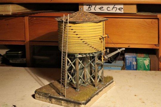 Aber damit ist der Wasserturm nun äußerlich vollendet. Doch noch fehlt das letzte I-Tüpfelchen, das Wasserauslaufrohr soll sich bewegen!