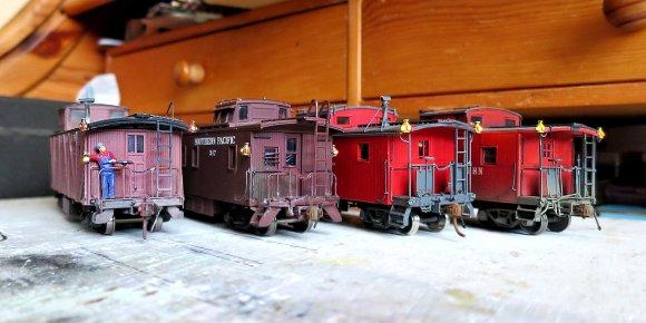 Jetzt sind es ihrer Vier - von links: CA&Y mit neuer Beschriftung, SP C-30-1, der neue class CF der N&W und rechts class CG, ebenfalls von der N&W.