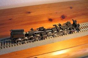 Dabei fehlt sogar noch die letzte Verbesserung, zwischen hinterem und vorderen Triebwerk wird als Ersatz für die simple Kugelverbindung noch ein Kardangelenk eingesetzt.