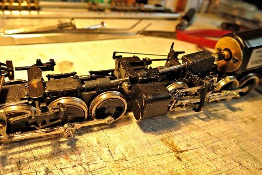 Mit dem Kardan sieht's nun so aus und eigentlich bemerkt man im zusammengebauten Zustand auch fast keine Veränderung, aber die Lok rollt nun fantastisch!