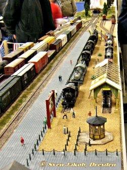 Kassenhaus, Werbetafel, Absperrung und Schuppen und natürlich eine Menge museale Lokomotiven.