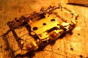 Und dann die Bremsbalken, wofür sogar die entsprechenden Ausschnitte in den Bremsklötzern ausgespart waren ...