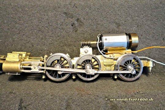 Den Antrieb hat mein Freund Friedhelm jedoch ganz ausgezeichnet umgebaut, die Lok rollte ja schließlich wie Sahne über die Gleise. Da werde ich keinesfalls was dran ändern!