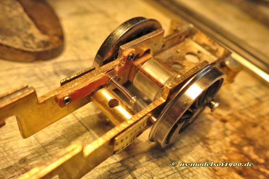 Es war nicht ganz einfach, eine gute Lösung für zusätzliche Radschleifer zu erhalten, aber nun wird der erste mit einer Spiralfeder gut fixiert angedrückt und ist natürlich auch zum Rahmen hin isoliert!