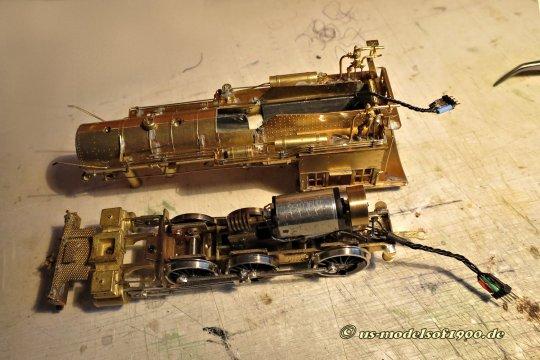 Damit ist's im Wesentlichen auch getan! Ganz von Vorteil, ich konnte zwei unabhängige Kabelstränge zwischen Lok und Tender schaffen, einmal alles für's Fahrwerk und ganz getrennt die Kabel für die Beleuchtung zum Gehäuse.