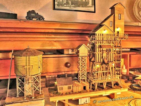 Kohleturm mitsamt Wasserturm, wunderbar zusammenpassend für das Eisenbahnmuseum - auch wenn das Auslaufrohr am Wasserturms noch beweglich gemacht werden soll.