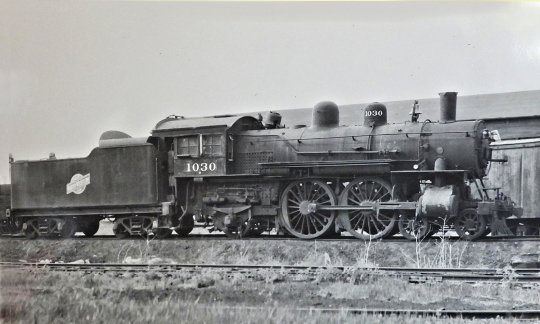 Dieses Bild vom Vorbild kam auch noch hinzu, wenn auch die Lok mit der Nummer 1030 hier eher einen traurigen Anblick bietet. Ist sie etwa abgestellt für eine Verschrottung?