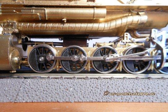 Und die Folge dessen? Durch die kurze Schlauchverbindung können die hinteren Räder der vorderen Triebwerksgruppe gar nicht auf den Schienen aufsitzen!