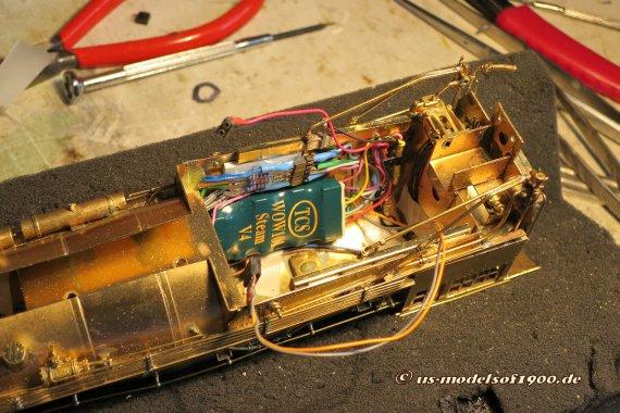 So sieht's dann aus, wenn alle Kabel des Decoders ihre Verbindung erhalten haben. Nur zwei Stecker für Motoranschluss und Stromversorgung sind noch mit dem Rahmen zu verbinden. Ein ganz schönes Wirrwar und fast nicht mehr zu durchschauen!