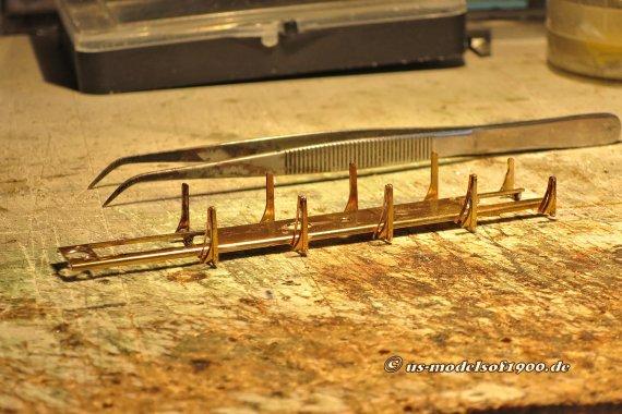 Noch eine Nacharbeit! Eine Verbesserung der Stromaufnahme durch zusätzliche Schleifkontakte an den Hängeeisen/Bremsklötzern eines der Lokfahrwerke.