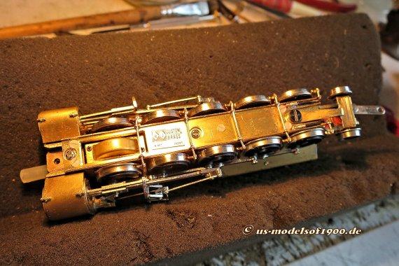 So sieht's von unten aus, der Träger für die Hängeeisen/Bremsklötzer ist isoliert aufgeschraubt und zwei Steckverbinder sind am rechten Ende angebracht.